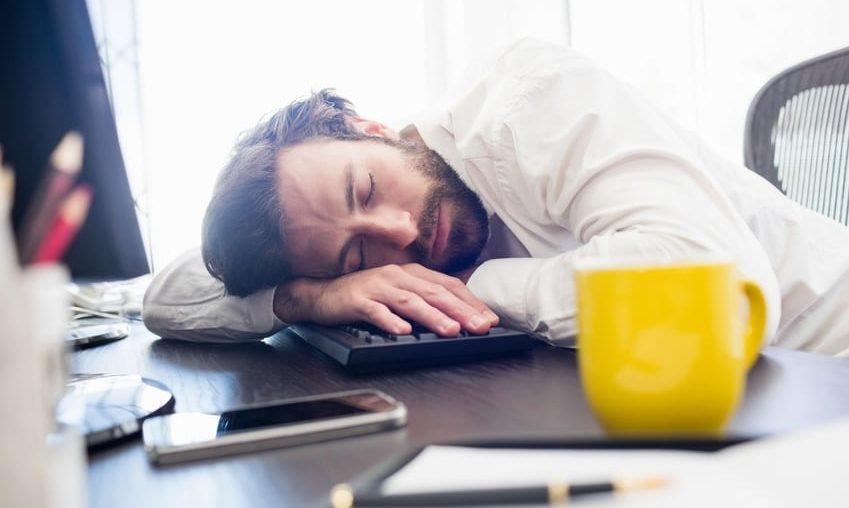 S'endormir au travail n'est pas automatiquement considéré comme une faute grave