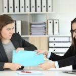 Le refus de travailler avec un collègue peut justifier un licenciement pour faute grave