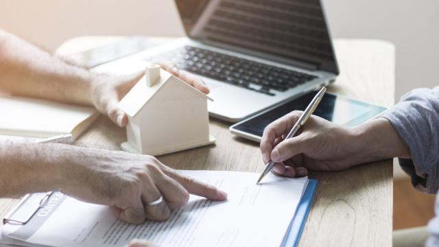 En absence du nom et de la qualité de la personne habilitée par un titulaire de la carte professionnelle d'agent immobilier à négocier pour son compte, le mandat de vente est nul.